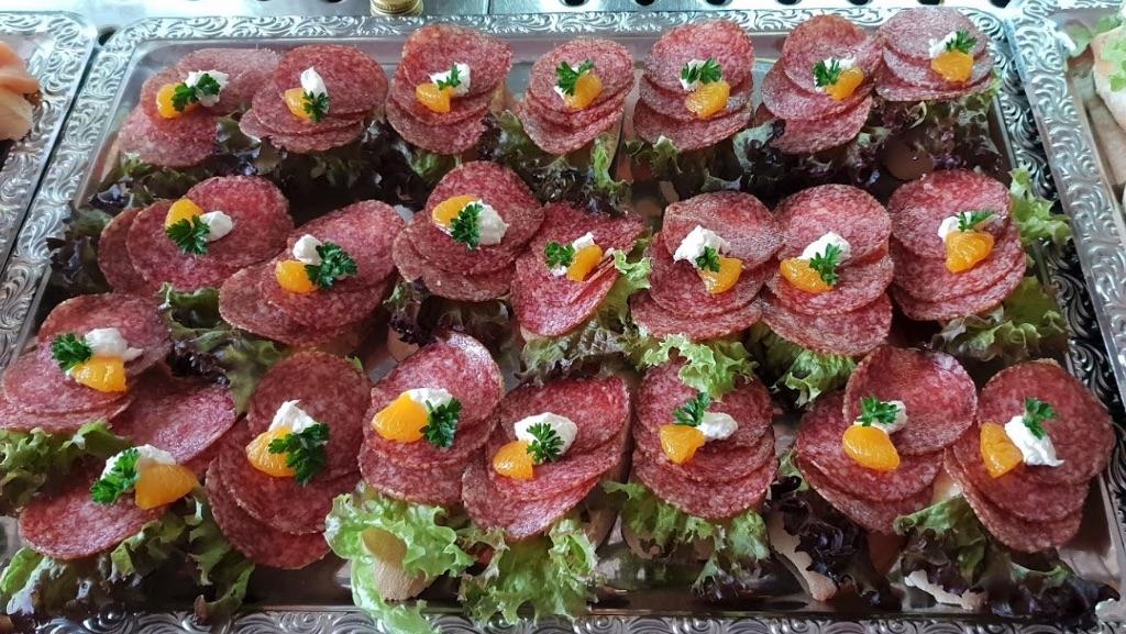 Kalte Platte mit Salami-Schnitten